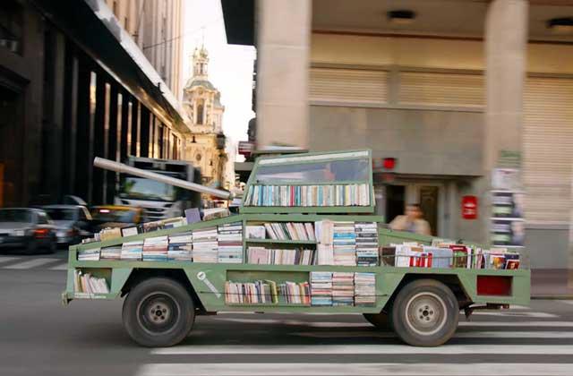Un tank transformé en bibliothèque, une arme d'instruction massive