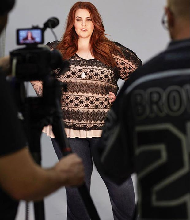 tess-holliday-plus-size-haut-dentelle-appareil-photo