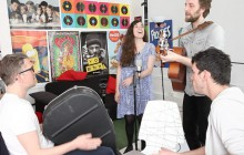 Luciole chante son nouveau titre, «Une», à la rédac