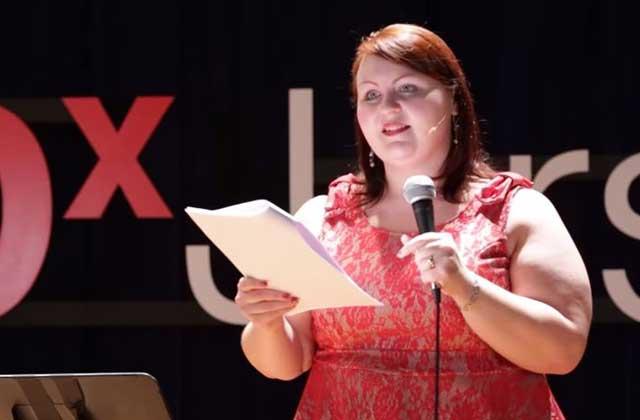 «Effeuiller ses complexes», le Ted Talk inspirant de Lillian Bustle, danseuse burlesque