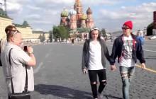 Deux hommes russes marchent main dans la main pour dénoncer l'homophobie