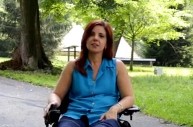 Une créatrice paralysée dessine un jean pour personnes en fauteuil roulant