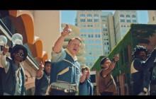 Macklemore revient avec «Downtown», un nouveau clip funk et déjanté