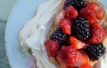 Les mini-pavlovas à la crème de spéculoos et aux fruits rouges–recette estivale et indécente