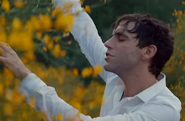 «Staring At The Sun», le nouveau clip de Mika qui sent bon l'été et les vagues
