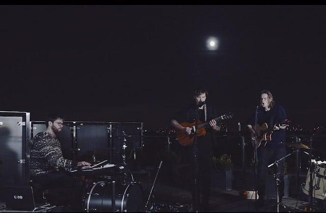 Half Moon Run joue «Turn Your Love » sur un toit, à découvrir ! — exclu madmoiZelle