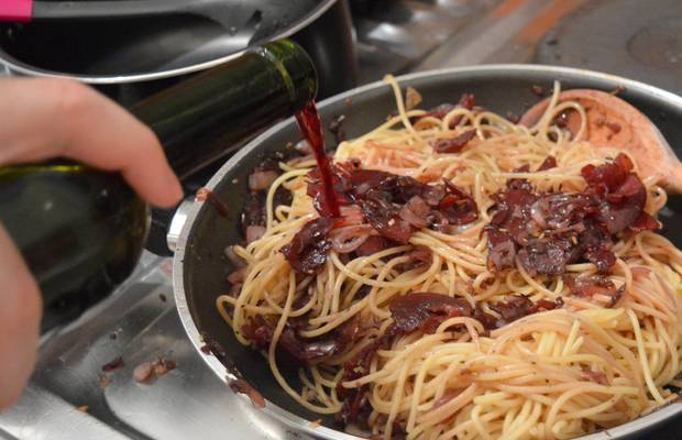 recette des spaghettis au vin rouge pastaweek. Black Bedroom Furniture Sets. Home Design Ideas