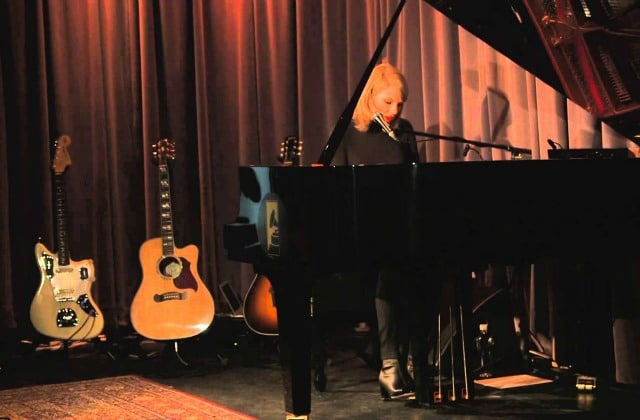 Taylor Swift chante «Out Of The Woods» en piano-voix au GRAMMY Museum