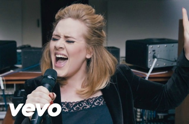 Adele chante « When We Were Young », son dernier single, en live