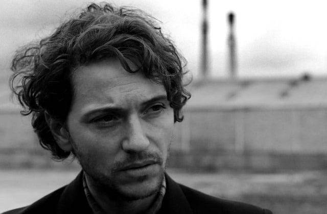 Raphael sort «Eyes on the Island», un clip mélancolique en noir et blanc