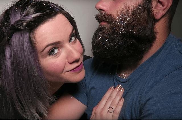 La barbe & les racines de cheveux à paillettes testés en vidéo par WildPastelHair
