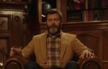 Nick Offerman boit du whisky près de la cheminée dans une vidéo de 45 minutes
