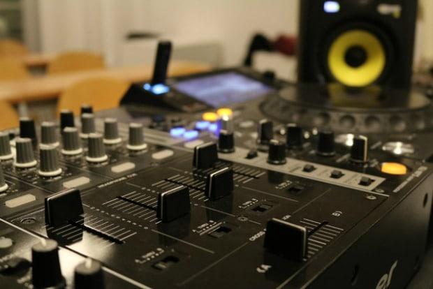 table-mixage-bouton-haut-parleur