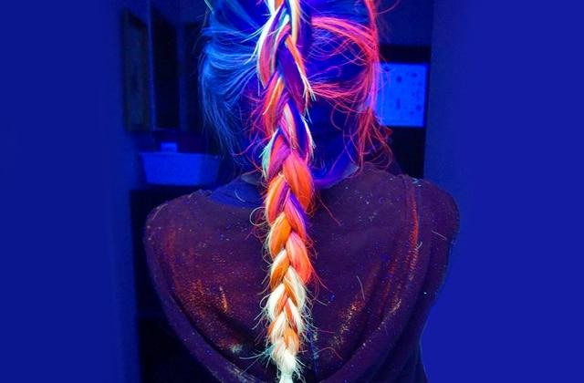 Les cheveux fluorescents, la nouvelle tendance coloration qui brille dans la nuit