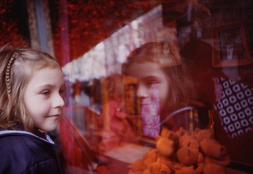 enfant-vitrine-magasin