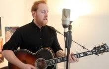 Gavin James chante «22» et «Nervous» en acoustique
