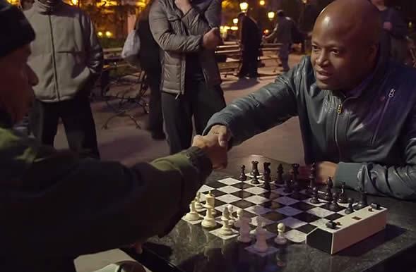 Une partie d'échecs entre un Grand Maître et un joueur de Washington Square