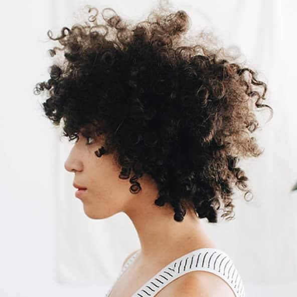 adeline-cheveux-frises-profil
