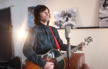 Pete Yorn chante « Lost Weekend » à la guitare acoustique