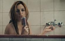 Alison Wheeler lance sa chaîne YouTube… depuis sa salle de bain