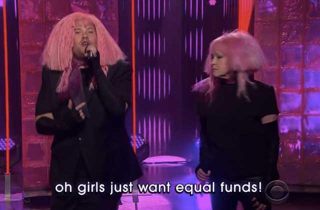 Cyndi Lauper parodie avec James Corden son titre phare qui devient «Girls Just Want Equal Funds»