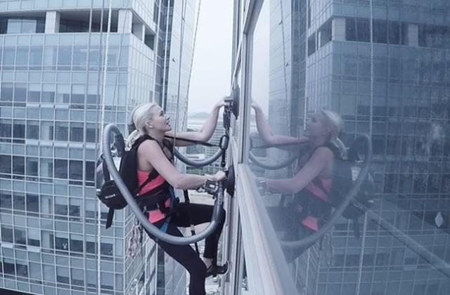 Une femme escalade un building avec… des ventouses