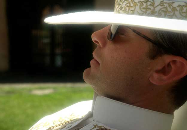 Jude Law lance sa révolution dans « The Young Pope »