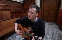 Charlie Cunningham nous emporte avec «While You Are Young» en acoustique dans une chapelle