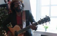 Tété chante « Persona non grata » en acoustique