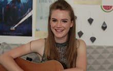 Louise Eliott interprète «I'm Everything You Say» à la guitare