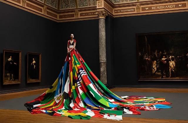 Une robe aux couleurs de l'homophobie portée par une modèle trans