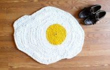 Des tapis œuf et bacon en crochet pour un parquet qui donne faim