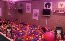 Un bar remplace ses chaises et ses tables par une piscine à boules !