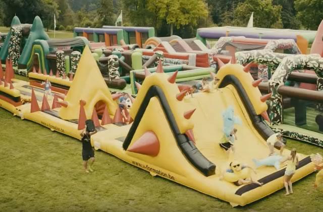 Le plus grand château gonflable du monde est dédié aux adultes (et ça donne envie de rebondir)