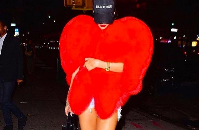 Rihanna et son manteau en forme de coeur, la preuve que tout le monde a besoin d'amour
