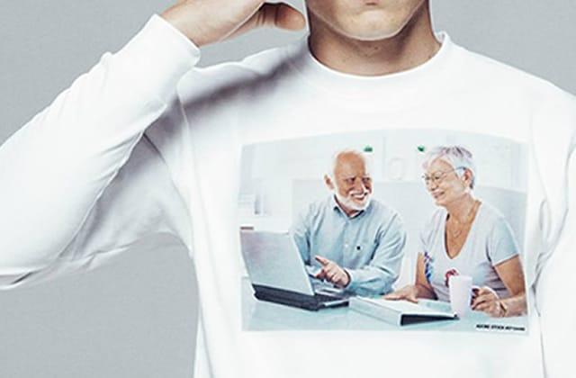 Les t-shirts à base de « stock photos », le mauvais goût jusque sur les seins