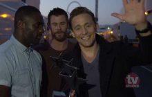 Tom Hiddleston accepte son TV Choice Award avec l'aide de Chris Hemsworth et d'Idris Elba