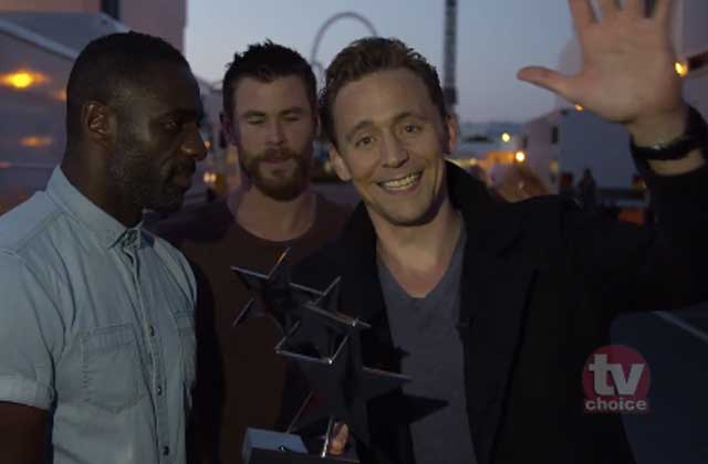 Tom Hiddleston accepte son TV Choice Award avec l'aide de Chris Hemsworth et d'Idris Elba