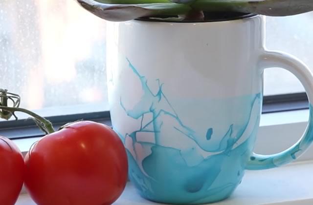 Comment customiser simplement son mug avec un effet marbré ?