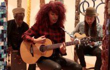 Flavia Coelho chante Paraiso accompagnée de ses musiciens