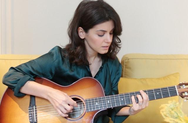 Katie Melua chante Dreams on Fire à la guitare, et ça donne des frissons