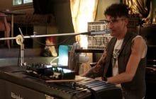 Louis Arlette joue Le moment est venu accompagné de son synthé