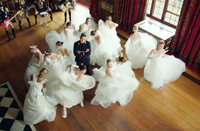 Robbie Williams craque son slip avec son nouveau clip « Party Like A Russian »