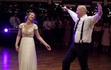 Un papa super cool danse comme un fou avec sa fille pour son mariage !