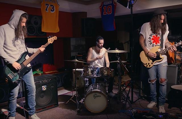 Waxx reprend les tubes des Red Hot Chili Peppers dans une vidéo qui défonce!