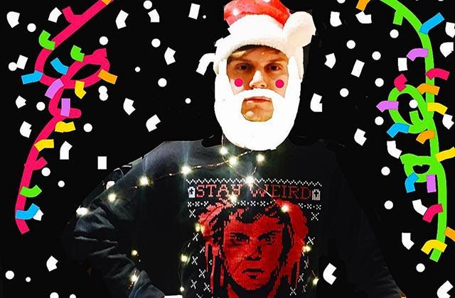 Evan Peters (American Horror Story) sort son propre pull moche de Noël