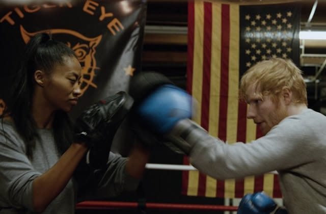 Ed Sheeran sort le clip de Shape of You, et ça tape fort (parce qu'il y a de la boxe) (tu l'as?)