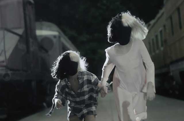 Sia présente le clip très émouvant de Never Give Up, son titre pour l'excellent film Lion