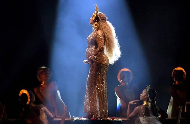 Beyoncé, enceinte et fière, transcende la scène des Grammy Awards 2017