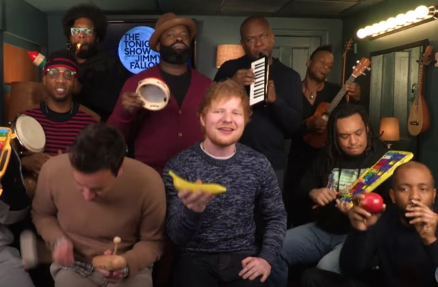 Ed Sheeran reprend Shape of You avec Jimmy Fallon et des maracas banane